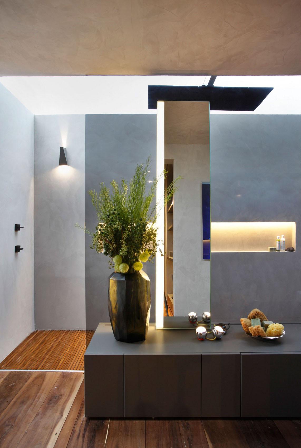 """Baño En Ducha Asistido: armarios y con la simpática """"pinza-toallero"""" cogida en el lavabo"""