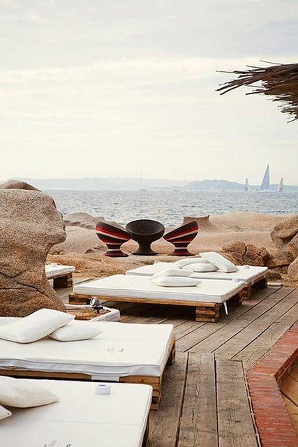 stylefiles, terraza a pie del mar, camas en la terraza