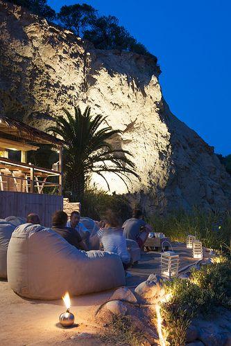 terraza de verano, decoración de terraza, diseño al aire libre, mimbre, blanco, piedras, jardín, velas, toldos romanticos