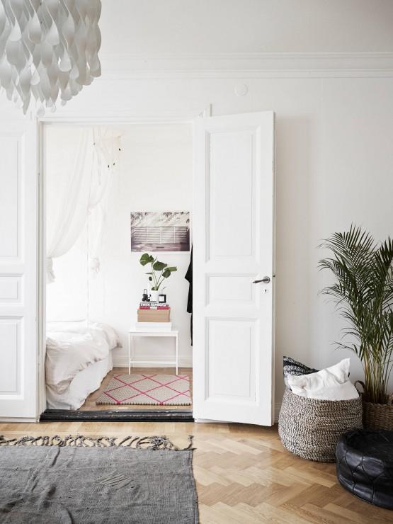 interiores blancos con hojas verdes